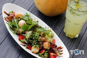 Фамілія, ресторан - салат з динею